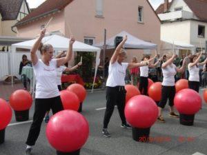 """Am 20.September 2015 traten 6 Damen aus der Fitness-Gruppe von Beate beim Lindenfest """"Lebendiges Köppern"""" auf. Sie zeigten zwei mitreißende Choreographien zu fetziger Musik."""