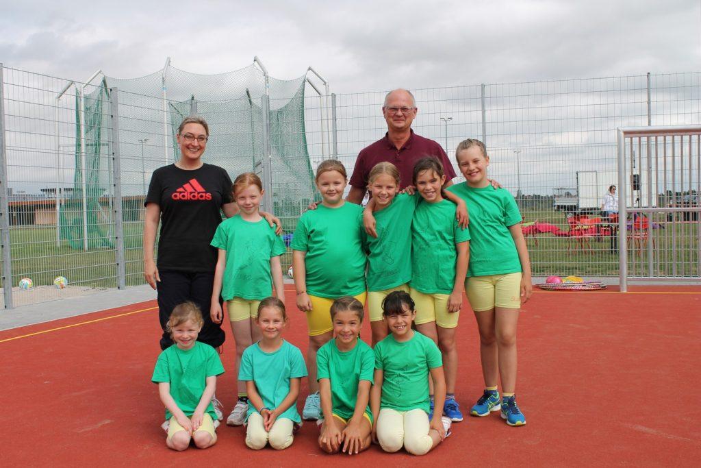 Die Mädchen der Köpperner Kangaroo Skippers mit Bürgermeister Horst Burghardt und Trainerin Michaela Kowalski
