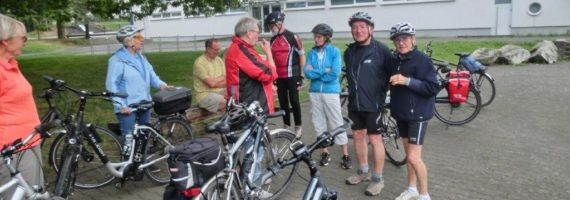 Aufbruch zur Radtour vor der Grundschule