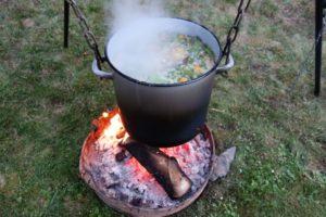 10 Sorten frisches Gemüse im Topf